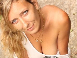 Photo de profil sexy du modèle Betina, pour un live show webcam très hot !