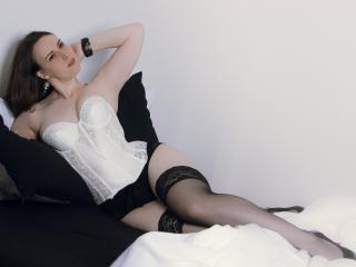 Photo de profil sexy du modèle CarolineFlowerr, pour un live show webcam très hot !