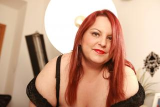 Picture of the sexy profile of CurvyElla, for a very hot webcam live show !