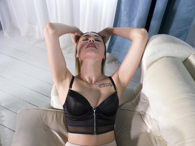 Picture of the sexy profile of ImAloneHome, for a very hot webcam live show !