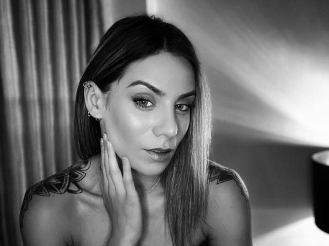 Photo de profil sexy du modèle NellyBrise, pour un live show webcam très hot !