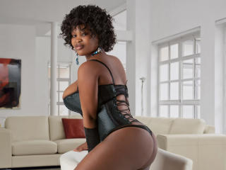 PrettyeBony - Sexy live show with sex cam on XloveCam
