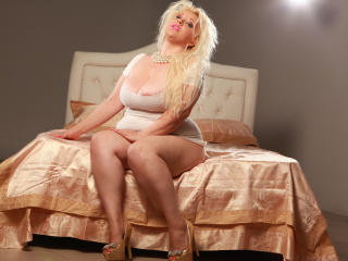 PlayfulHolly - Sexy live show with sex cam on XloveCam