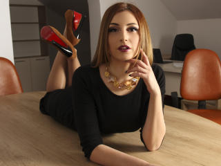 ClaraJoy - online show exciting with a brown hair Girl
