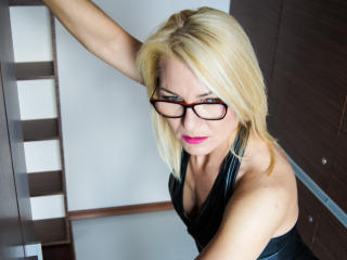 HotLORI - Show live exciting with a MILF with average boobs